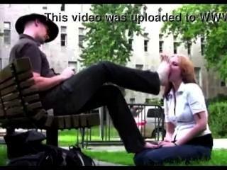 No parque público garota escrava adorar seus pés mestre