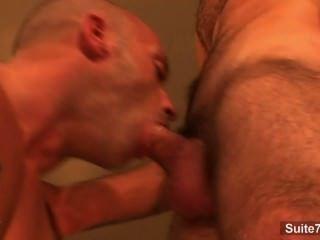 Hottie de cabelos longos gay dá blowjob a um cara calva