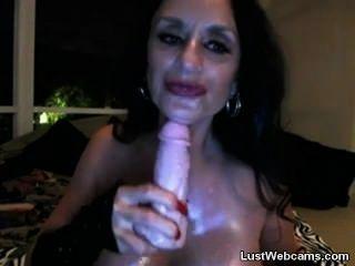 Busty granny toying sua buceta e bunda na webcam