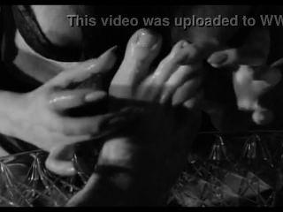 Sexy maid adorar seus pés mestre