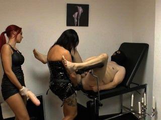 Senhora xenia e amigo punem escravo com uma cinta enorme