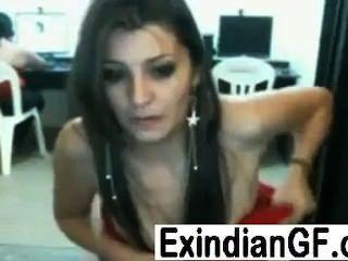 Hot indian babe strips e flashes suas mamas dentro de um cyber café