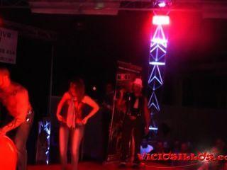 Rob diesel e garota de show erótico público no palco por viciosillos.com
