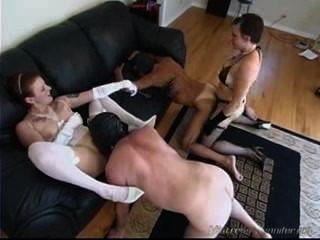 Duas donas de casa de fêmeas da cadela usam seus escravos