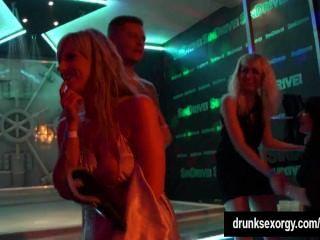 Meninas quentes dançando erótica em um clube