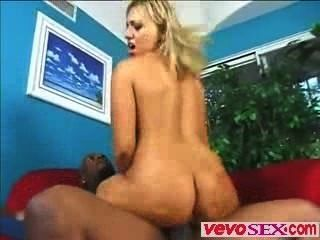 Jovem mulher preciosa brinca com um enorme galo de ébano vevosex.com