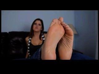 Garota sexy com pés bonitos pov tease