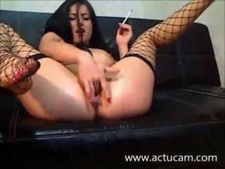 Camgirl húngaro fuma e brinca com sua buceta (2)