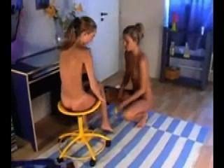 Duas lindas lesbianas chupa e se masturba com um vibrador