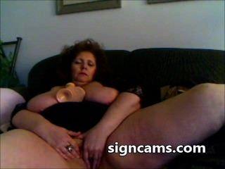 Vovó desagradável fode seu bichano maduro com brinquedo sexual grande na webcam