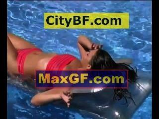 Relaxando na piscina em um colchão de ar