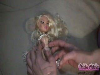 Boneca bella torna-se uma garota real cócegas