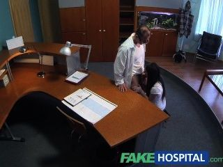 Fakehospital paciente sexual inexperiente quer médicos galo para ser seu fi