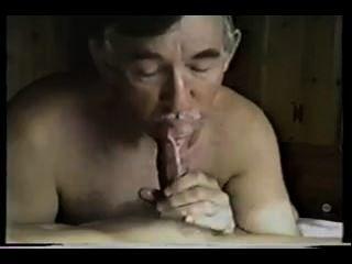 Italiano lo chupa y se traga la leche