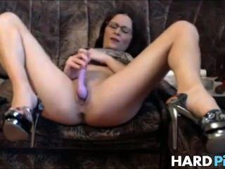 Milf córnea espalha as pernas e se masturba