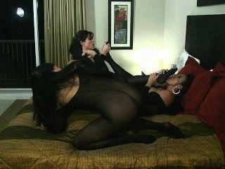 Orgia lésbica do estoque do corpo com bichano montando sybian que lambe a sucção do dedo do pé!