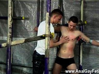 Homens sexy o companheiro tem que tomá-lo como cerveja é derramado sobre ele, pinos tensos