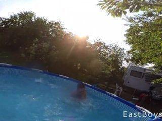Gêmeos lindos wrestle nua na piscina