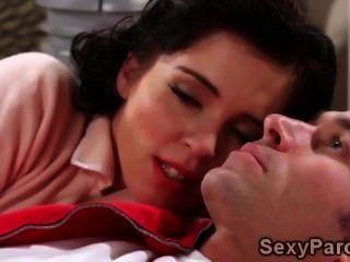Adolescente morena recebe seu doce bichano apertado dividido em retro xxx paródia