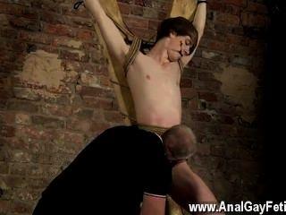 Gay fuck a o momento certo, o mestre arranca os pinos livres, mas o