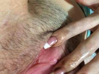 Dedo da menina de 18 anos fodendo-se até que ela cums então spankin dat ass