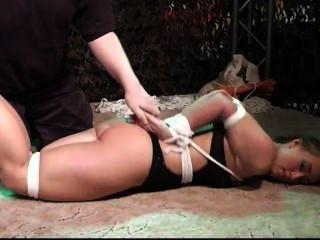 Convenção bondage, descalço hogtied