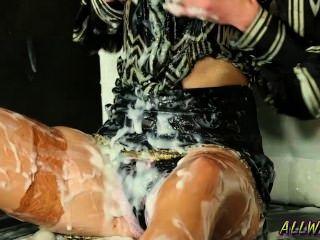 Milf com fome jogando sexy com o gloryhole