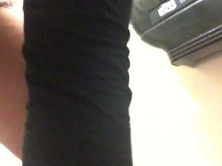 Esposa peeing no banheiro no trabalho, não em suas calças desta vez!