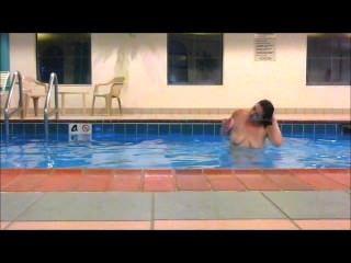 Redhead maddie nada totalmente nu na piscina do hotel mostrando todos !!