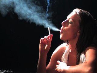 Naughty ness fumando