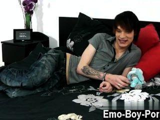 Gay guys hot emo jovem lewis romeo fica para baixo e lamacento em seu primeiro
