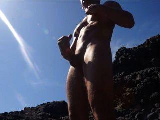 Cam: sacudindo e cumming nas rochas