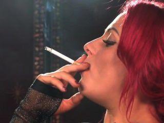 Sexy fumando ruiva