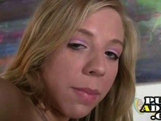 Adolescente loira dá um handjob