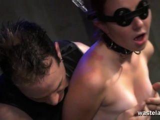 Encurralado escravizado escravo dado orgasmo com masters brinquedos sexuais