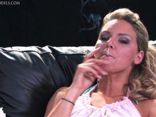 Skye fumando 5