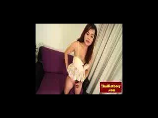 Ladyboy tailandês peito em lingerie joga com dick