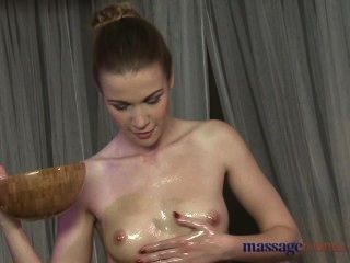 Salas de massagem rapariga ninfómana raspada recebe uma boa fodendo duro