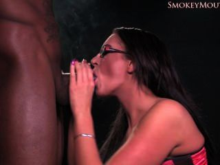 Emma butt fumando blowjob interracial