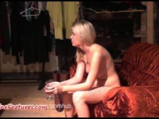 Sexy blondie de 18 anos mostra seu corpo no primeiro elenco