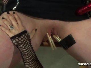Amante lésbica traz namorada ao orgasmo com brinquedos sexuais e dedos