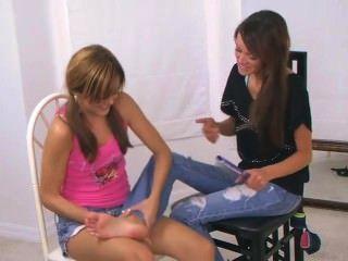 2 meninas fazendo cócegas