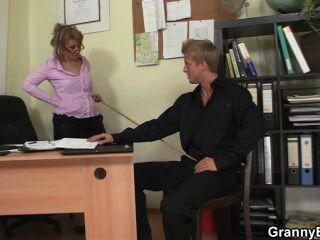 Mulheres velhas sexy monta seu galo no escritório