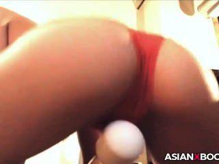 Bela asiática babe com seu brinquedo