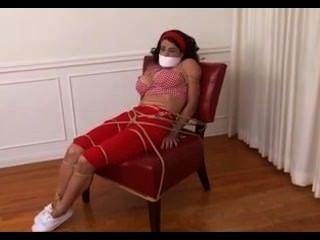 Babá em escravidão descalça