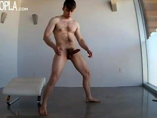 Horny guy jogando e empurrão fora de seu pau