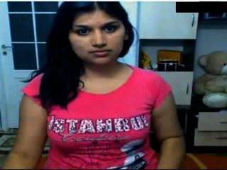 Menina indiana quente nua na frente da came possing seus seios e dedilhado na buceta