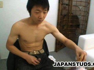 Ryoji tomita cute nippon menino esfregando seu pau duro