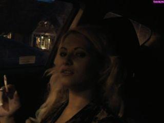 Fumo menina deliciosa no carro, part1 não nu (part2 em privado) fumar f