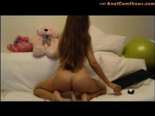 Sexy russian blonde playes com um vibrador na câmara